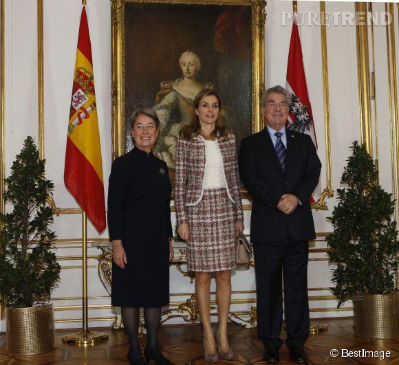 Letizia d'Espagne, très chic dans son tailleur en tweed en visite officielle en Autriche, lundi.