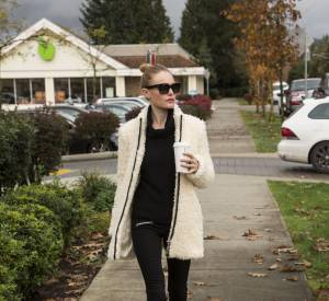 Kate Bosworth, tenue noire et manteau qui tranche, on copie de toute urgence !