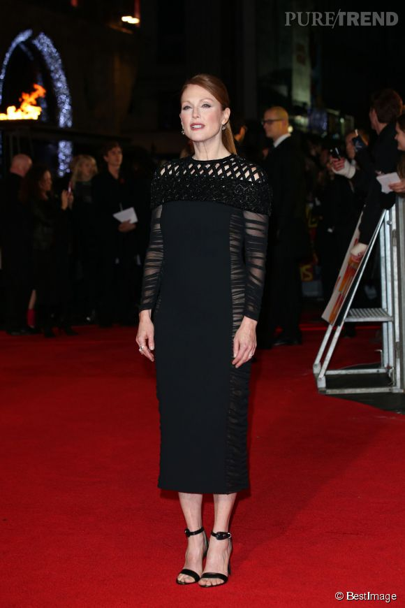 Julianne Moore opte elle pour la sobriété avec une robe noire Balenciaga.
