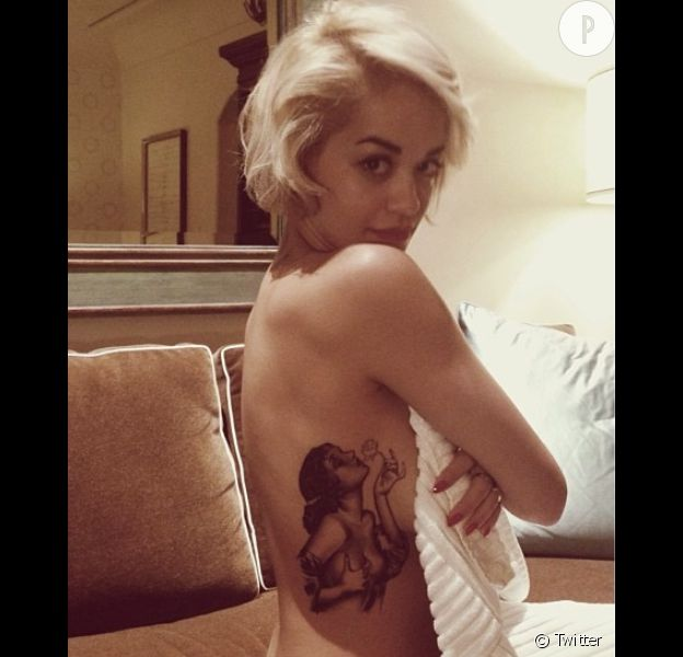 Rita Ora s'est fait tatouer cette pin-up il y a 6 mois, d'après une oeuvre du dessinateur Alberto Vargas.