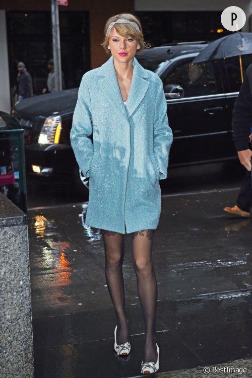 Taylor Swift illumine l'hiver avec une tenue des plus festives.