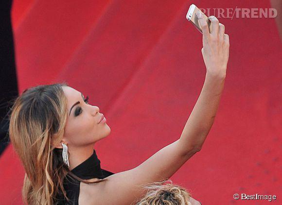Nabilla accro aux selfies, même sur tapis rouge.