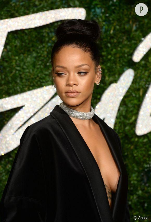 Rihanna se la coule douce à Saint-Barth' et montre ses seins... Rien de nouveau sous le soleil en somme !
