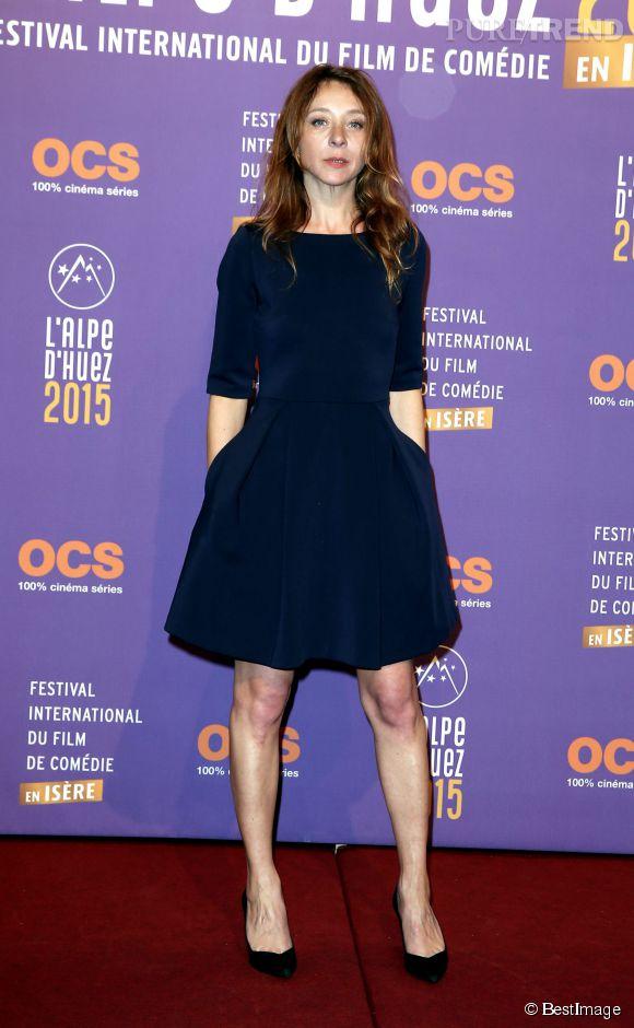 Sylvie Testud est très élégante dans une robe coupe babydoll.