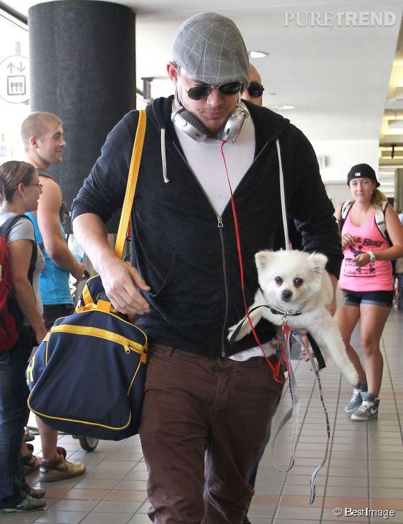 Channing Tatum et son petit chien, pro du grand écart.