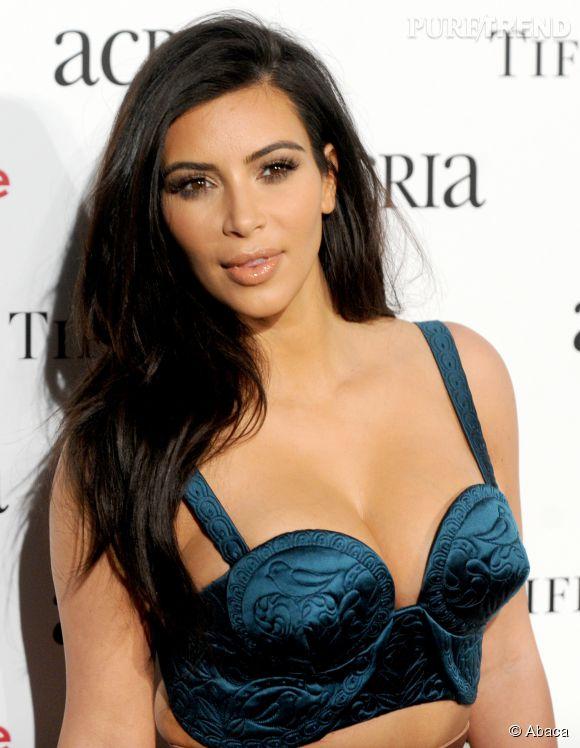 "Kim Kardashian pose quasiment seins nus en couverture de son livre, ""Selfish""."