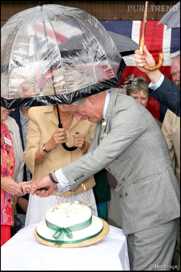 En 2007, Camilla a fêté ses 60 ans. Pour l'occasion, elle a eu droit à un ravissant chapeau-gâteau à moins que cela ne soit un gâteau-chapeau. Son cher et tendre l'a coupé lui même, sous la pluie battante.