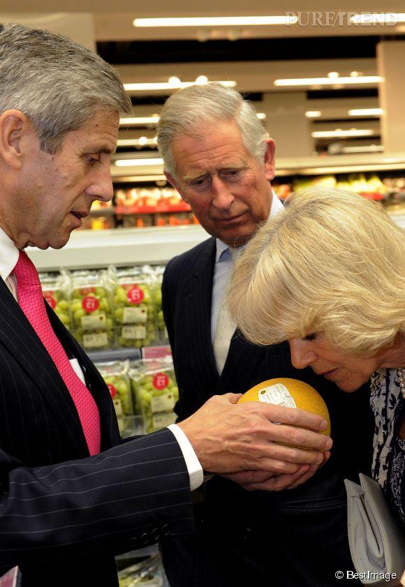 En 2009 Marks & Spencer célèbre les 125 ans de l'ouverture de sa toute première boutique. Pour l'occasion, Charles et Camilla hument des fruits exotiques. Classe !