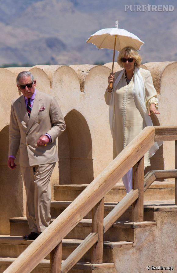 Camilla et Charles se rendent au Sultanat d'Oman en 2013 et pour l'occasion, Charles sort le costard pimp. Camilla se protège sous une ombrelle et au vu du teint de son mari, elle a raison.