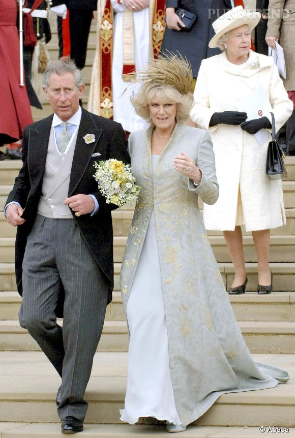 Le 9 avril 2005, Charles et Camilla se marient. La reine est contente... Sans plus. Elle a certainement pensé que le second mariage de son fiston ne pourrait pas être pire fiasco que le premier !