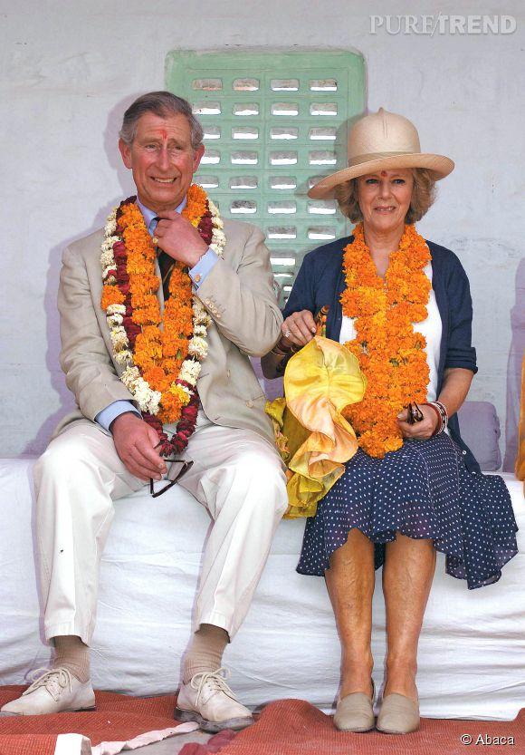 En 2006, Camilla et Charles prennent la pose avec de bien jolis colliers en au Rajasthan en Inde. Pour la nouvelle duchesse de Cornouailles, ce n'est que l'un des premiers déplacements officiels des très nombreux qui suivront.
