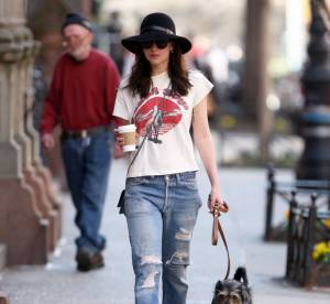 Dakota Johnson, casual chic : elle mixe jean boyfriend et capeline