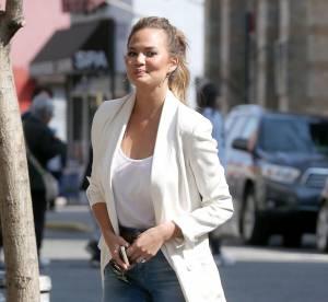 Chrissy Teigen : jean, blazer et talons hauts, la combo gagnante... A shopper !