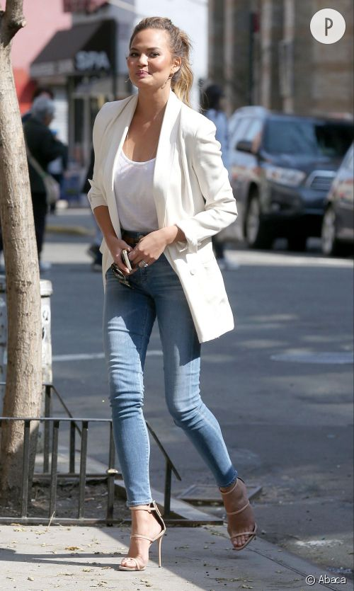 Chrissy Teigen, de l'art d'être sexy en jean-T-shirt.