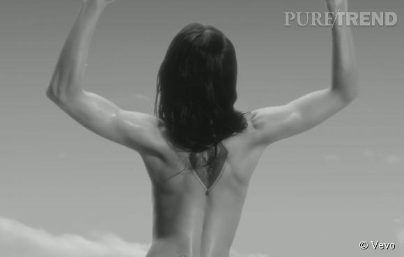 Conchita Wurst montre son dos tatoué dans son nouveau clip.