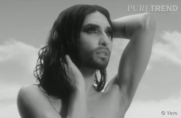 """Conchita Wurst fait tomber le haut dans le clip de """"You Are Unstoppable""""."""