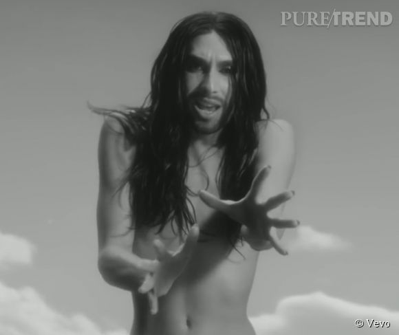 """Conchita Wurst s'affiche topless dans le clip de """"You Are Unstoppable"""", un hymne positif encourageant à s'aimer soi et les autres."""