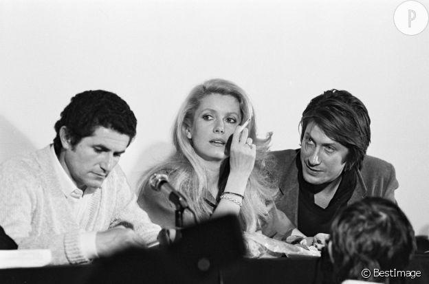 """Claude Lelouch, Catherine Deneuve et Jacques Dutronc pour la promo de """"A nous deux"""", en 1979."""