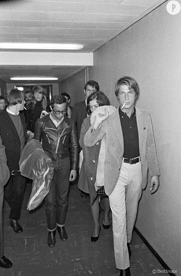 """Jacques Dutronc, un beau gosse aux yeux couleur azur, dans les coulisses de l'émission """"Le palmarès des chansons"""" (1967)"""