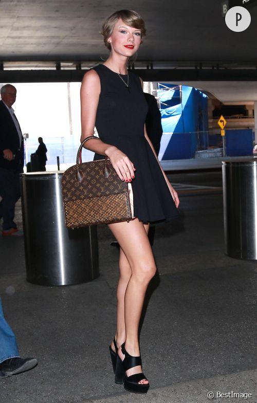 Taylor Swift et sa petite robe noire de patineuse à l'aéroport de Los Angeles, samedi 2 mai 2015.