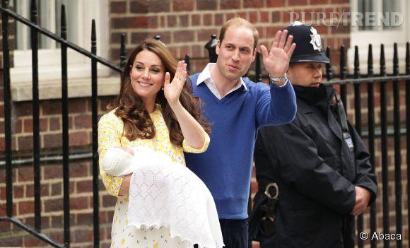 Kate Middleton et le prince William présentent leur fille le 2 mai 2015.