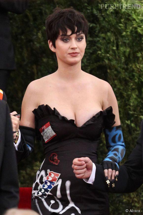 Katy Perry est arrivée cheveux courts au Met Gala.