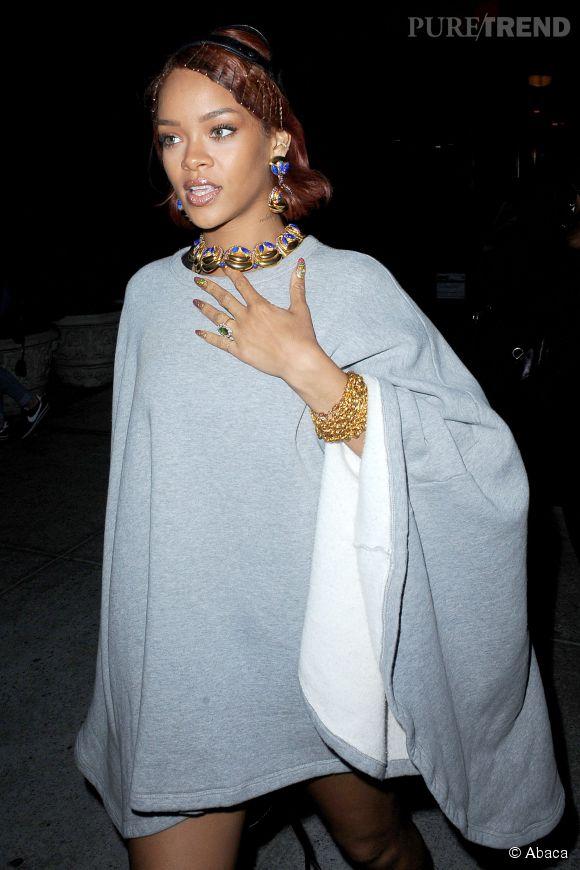 Rihanna mise tout sur les accessoires plutôt que sur les vêtements.