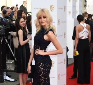 Pixie Lott fait mouche aux BAFTA TV Awards 2015 à Londres le 10 mai en robe navy Blumarine.