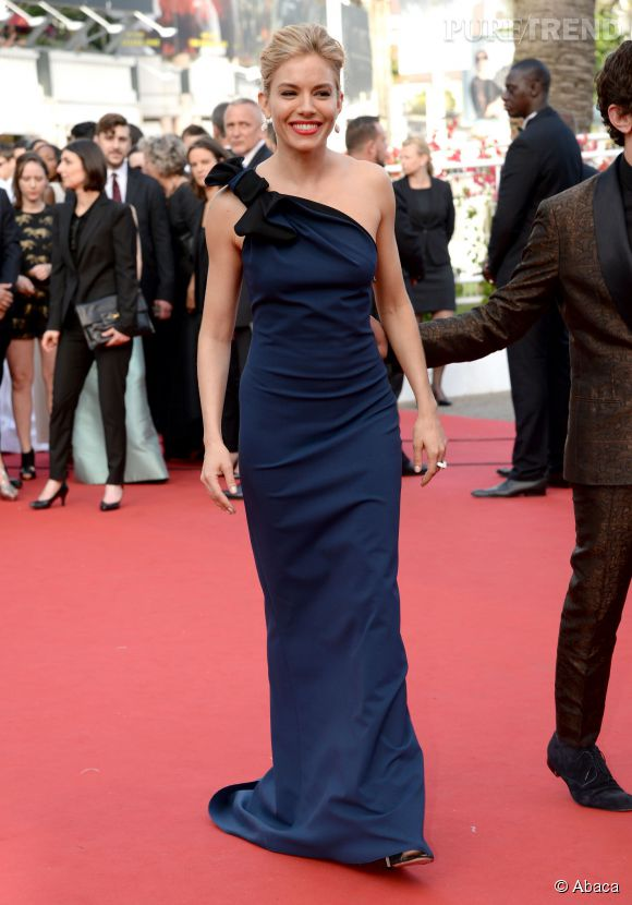 Sienna Miller porte une robe longue one-shoulder Lanvin et une parure Atelier Swarovski