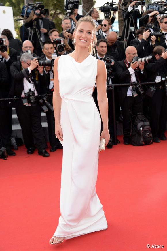 Bar Rafaeli, élégante dans une robe longue blanche parée par de Grisogono. La portait également des chaussures Jimmy Choo.