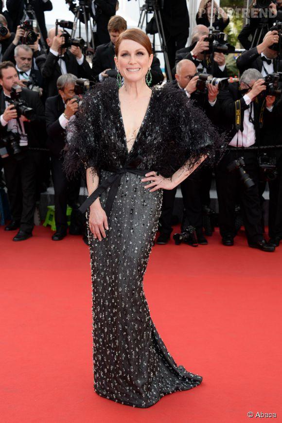 Julianne Moore, souriante en robe Armani Privé et bijoux Chopard.