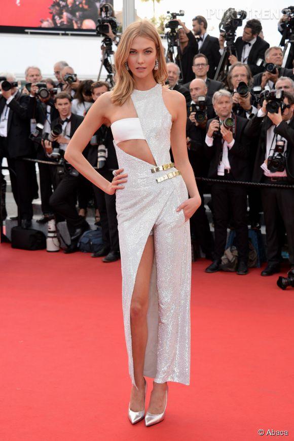 Karlie Kloss, l'égérie Loréal porte une robe Versace et une paire de boucles d'oreilles de Grisogono.