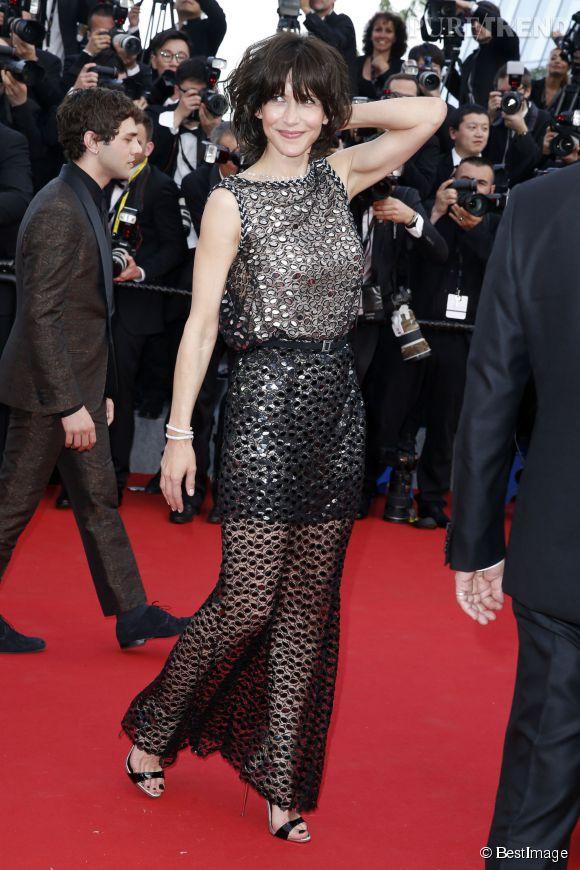 Sophie Marceau, élégante et sophistiquée sur le tapis rouge avec une robe légèrement transparante Chanel.