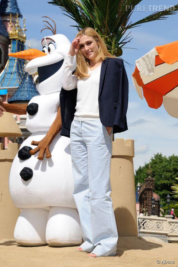 Julie Gayet a fait sensation en casual chic à Disneyland Paris.