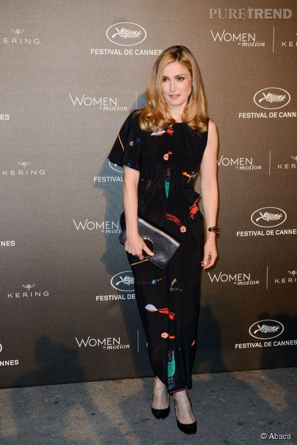 Julie Gayet revisite la coupe asymétrique tout en longueur pour la très chic soirée de Kering au Festival de Cannes le 17 ami 2015.