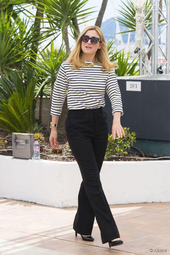 """Julie Gayet rayonnante en marinière à Cannes lors du photocall du film """"Le Trésor"""" le 21 mai 2015."""