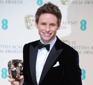 Eddie Redmayne pose avec son prix lors des BAFTA Awards.