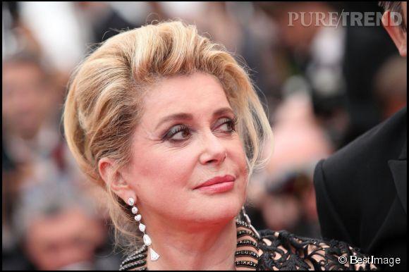 """Catherine Deneuve lors de la montée des marches du film """"Les biens aimés"""" lors du Festival de Cannes en 2011."""