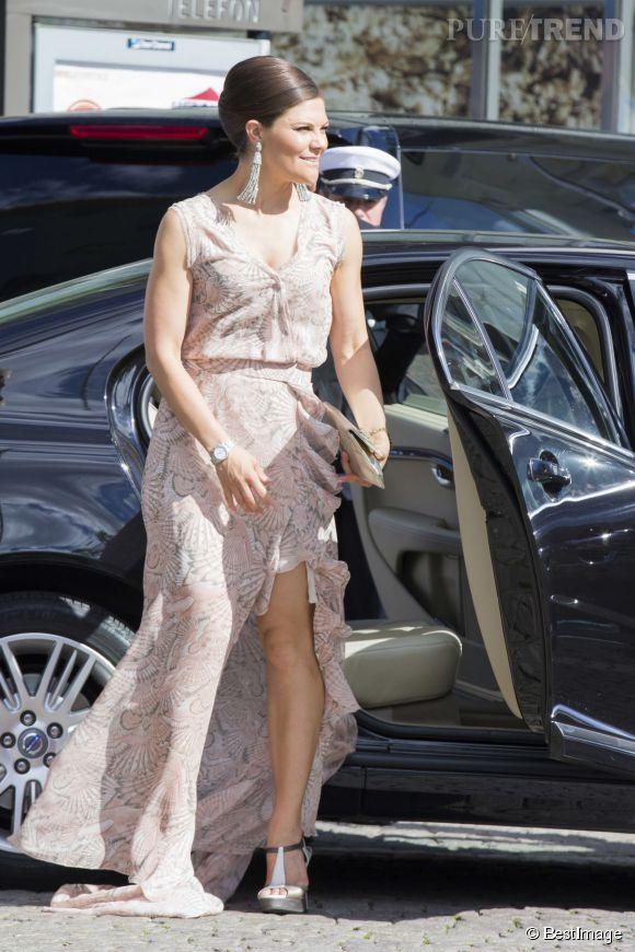 La princesse Victoria de Suède dévoile ses cuisses dans une robe fendue !