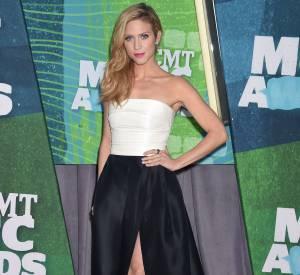 Brittany Snow en Monique Lhuillier et sandales Giuseppe Zanotti aux CMT Music Awards 2015 à Nashville le 10 juin 2015.