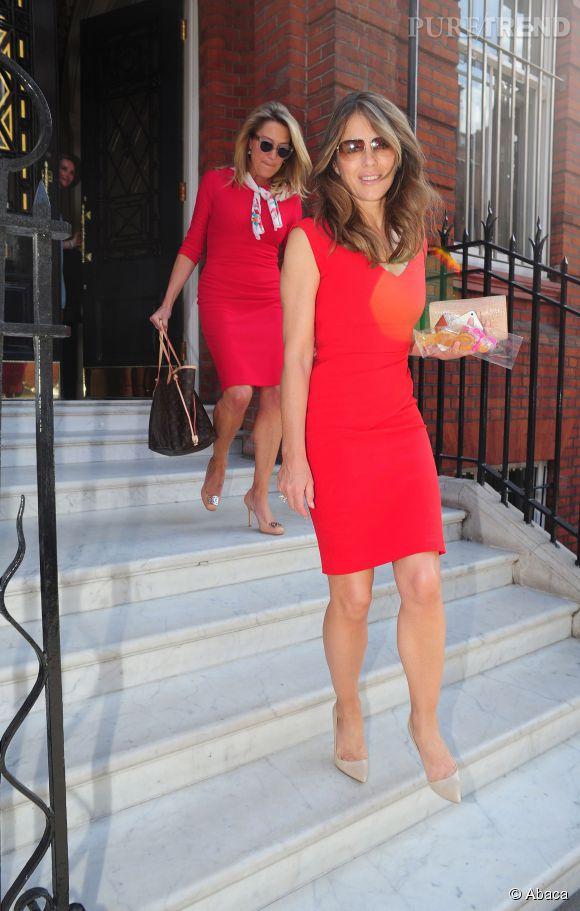 Une amie ou assistante de Liz a voulu s'habiller en rouge aussi. Mauvaise idée, la comparaison est douloureuse !