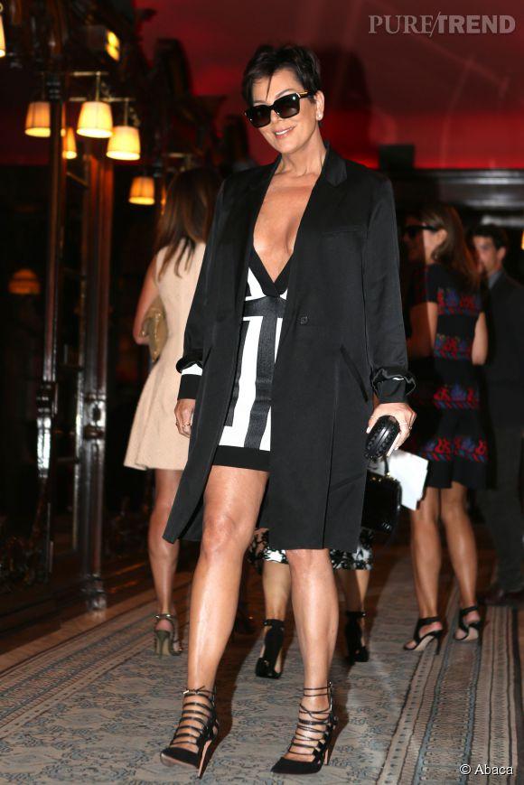 Kris Jenner sort la minirobe Balmain lors de son passage à Paris.
