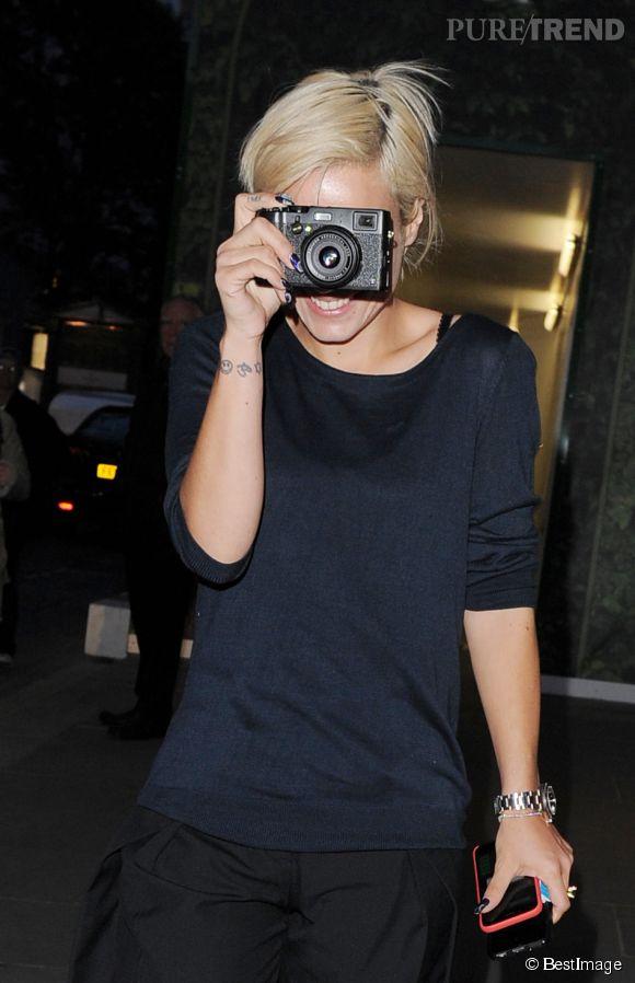 Lily Allen joue à cache cache avec les photographes à la sortie de la boutique vuitton de Bond Street.