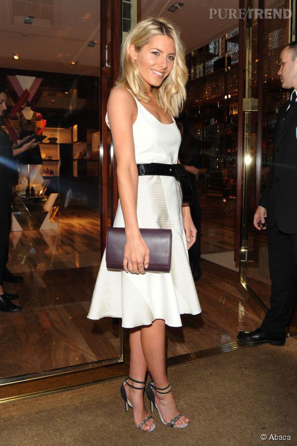 Mollie King, ultra lumineuse en robe blanche à la soirée Louis Vuitton à Londres.