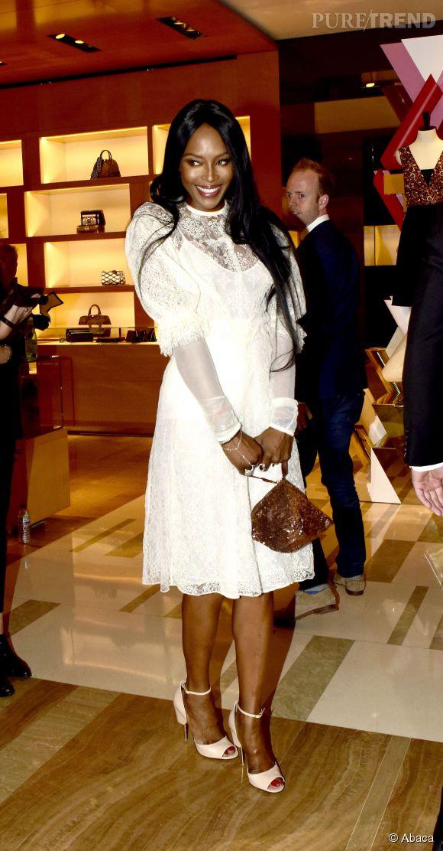Naomi Campbell en petite robe dentelle blanche à la soirée Louis Vuitton à Londres le 10 juin 2015.
