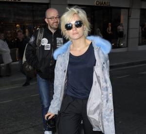 Modeuse émérite, Lily joue la carte de la décontraction chez Vuitton avec ses claquettes à paillettes et son manteau Shrimps.