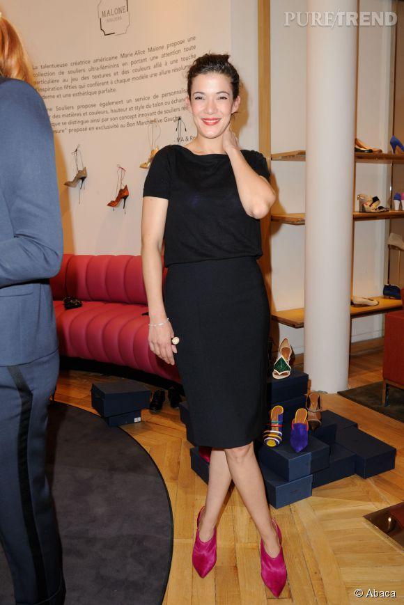 Mélanie Doutey opte elle pour le rose pétant avec le modèle Gigi de Malone Souliers. De quoi dynamiser sa tenue noire.