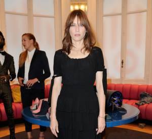 Pour accessoiriser sa robe noire, Marie-Josée Croze choisit elle des open toe boots marron.