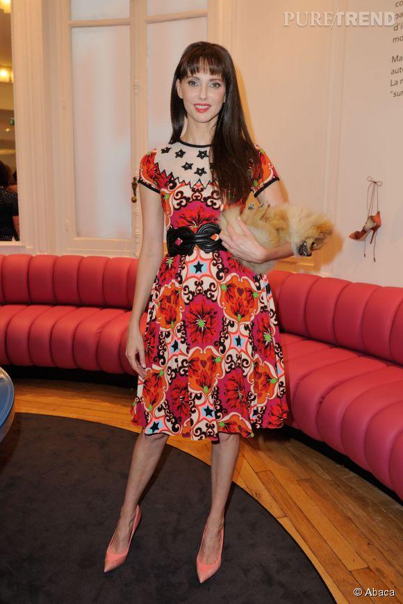 Frédérique Bel dans sa robe à imprimés et ses escarpins corail, à l'inauguration de l'espace Malone Souliers, au Bon Marché.