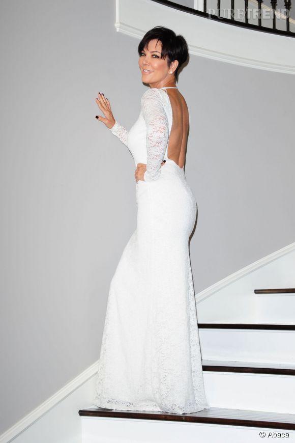 Si cette fois Kris Jenner opte pour une robe longue, elle n'en oublie pas pour autant d'afficher son dos nu.